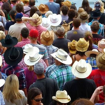 Q330 赤い帽子の3人